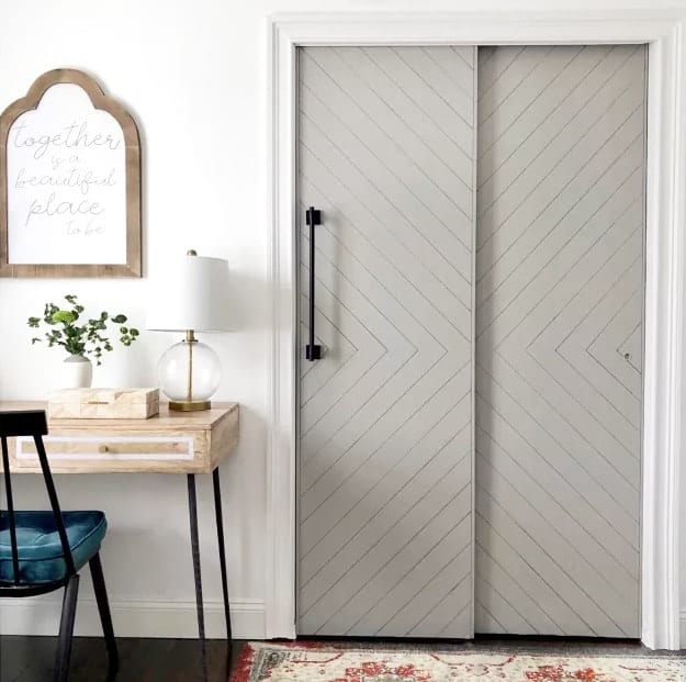 Do you have some builder grade doors that need a makeover? With the help of some grey paint, a triangle square and a sharpie they transformed into this.