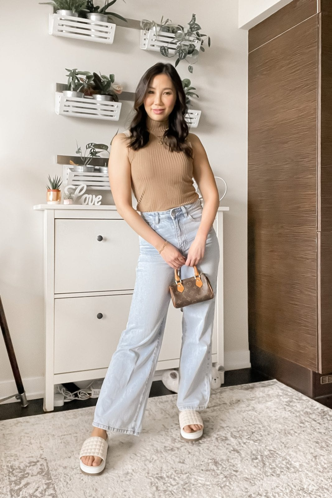 How to style wide leg jeans - Minimal look with wide leg jeans and sleeveless turtleneck
