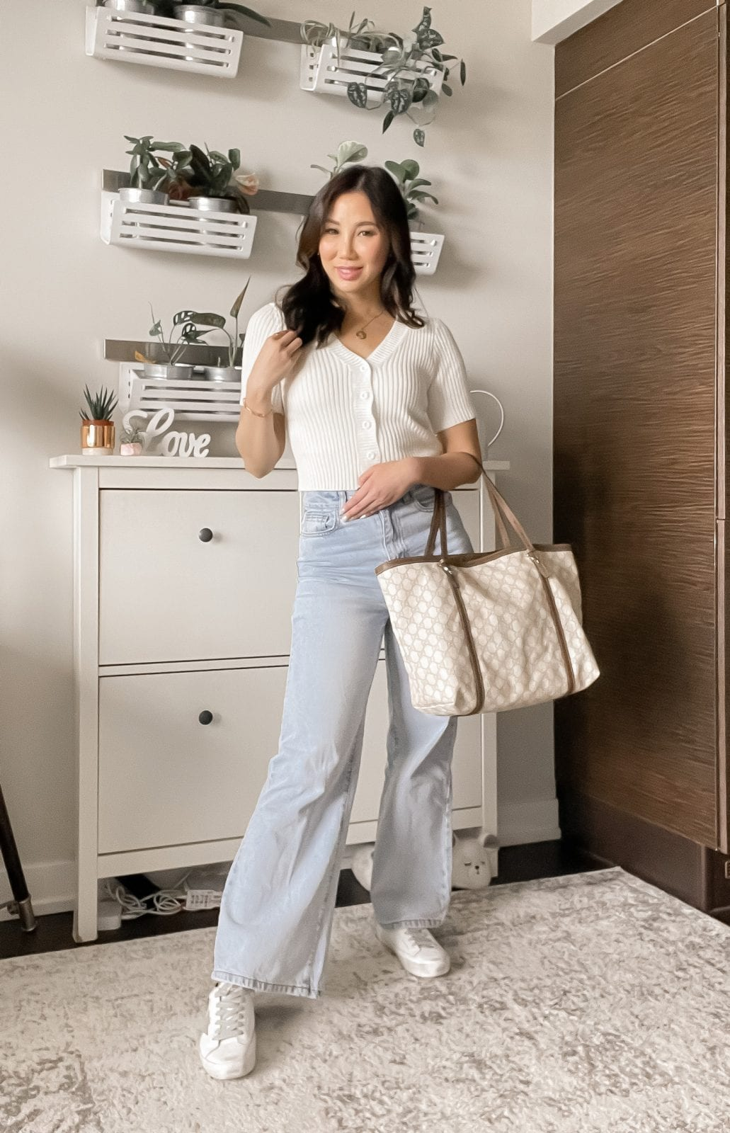 4 ways to wear wide leg jeans - casual look with sneakers styled by Eileen Lazazzera of yesmissy.com