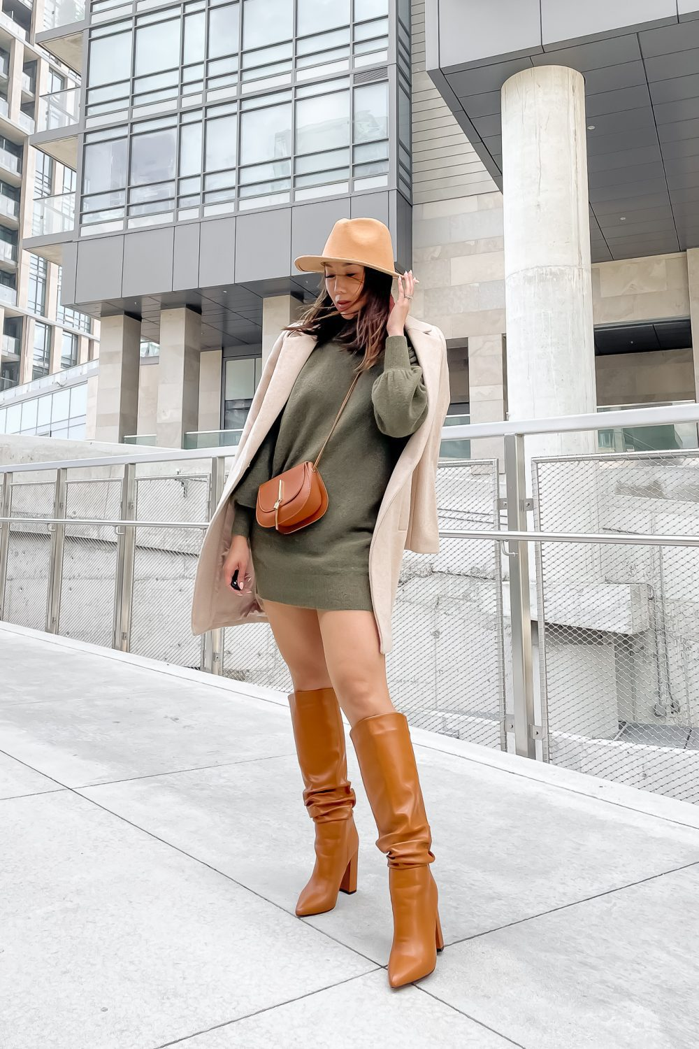 Fall outfit ideas with fall color trend olive green. Pair it with brown tones for an cozy earthy fall look.